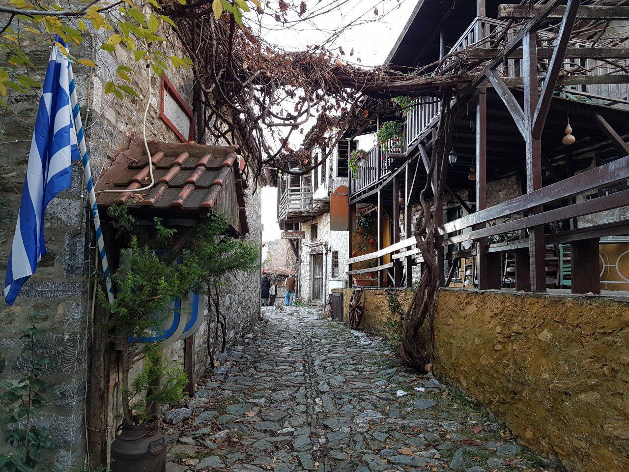 """התושבים חוזרים ועוסקים בתיירות: אחד הרחובות בעיירה (צילום: אחיה ראב""""ד)"""