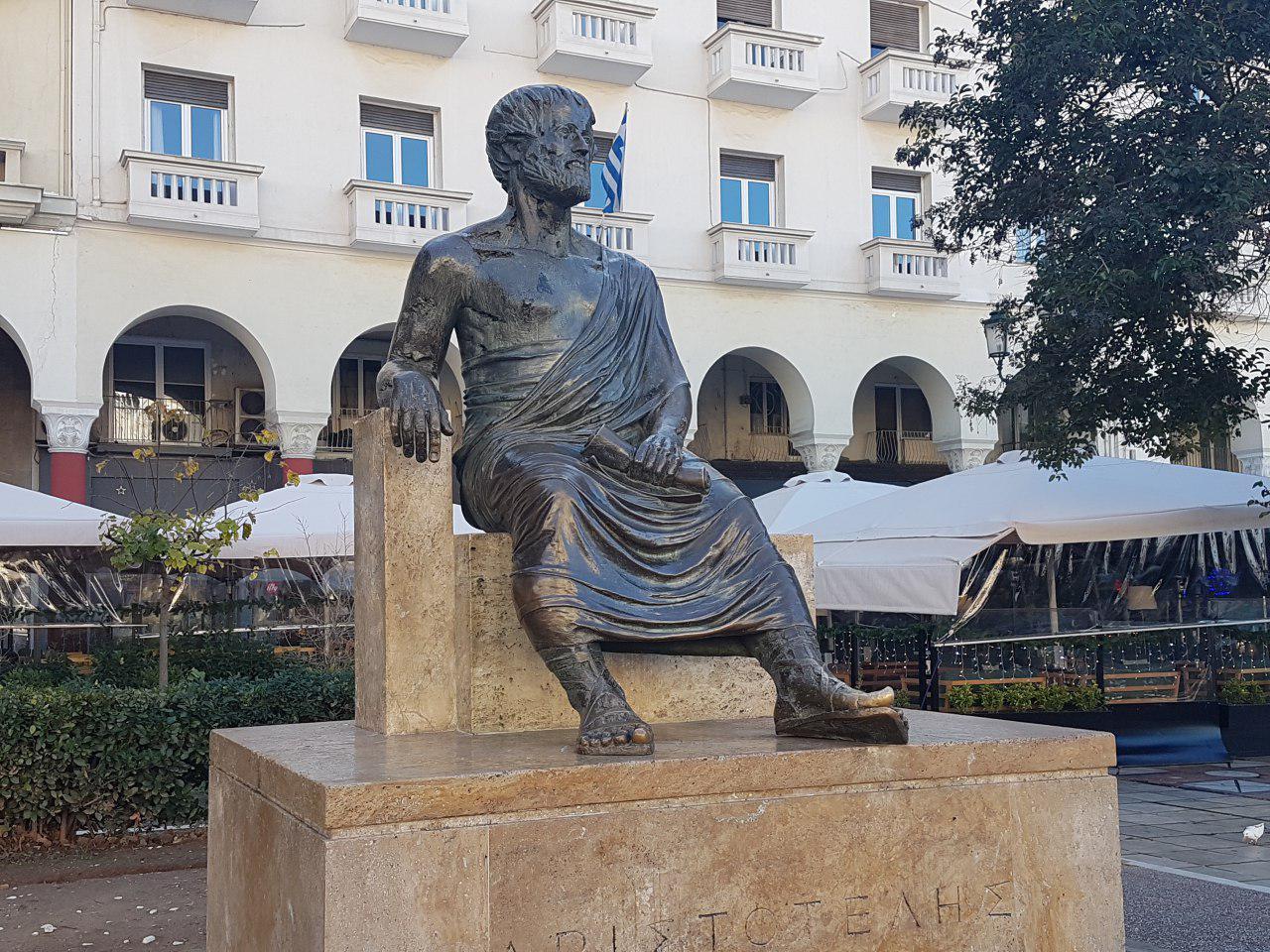"""פסל אריסטו בכיכר המרכזית בעיר הנושאת את שמו (צילום: אחיה ראב""""ד)"""