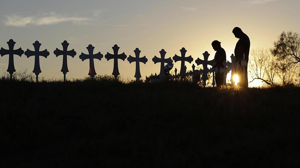 קוברים את נרצחי הטבח בכנסייה בטקסס בנובמבר (צילום: AP) (צילום: AP)
