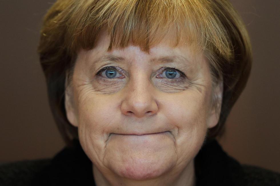 קנצלרית גרמניה אנגלה מרקל שבעת רצון בישיבת הממשלה הראשונה לשנת 2017, בינואר (צילום: AP) (צילום: AP)