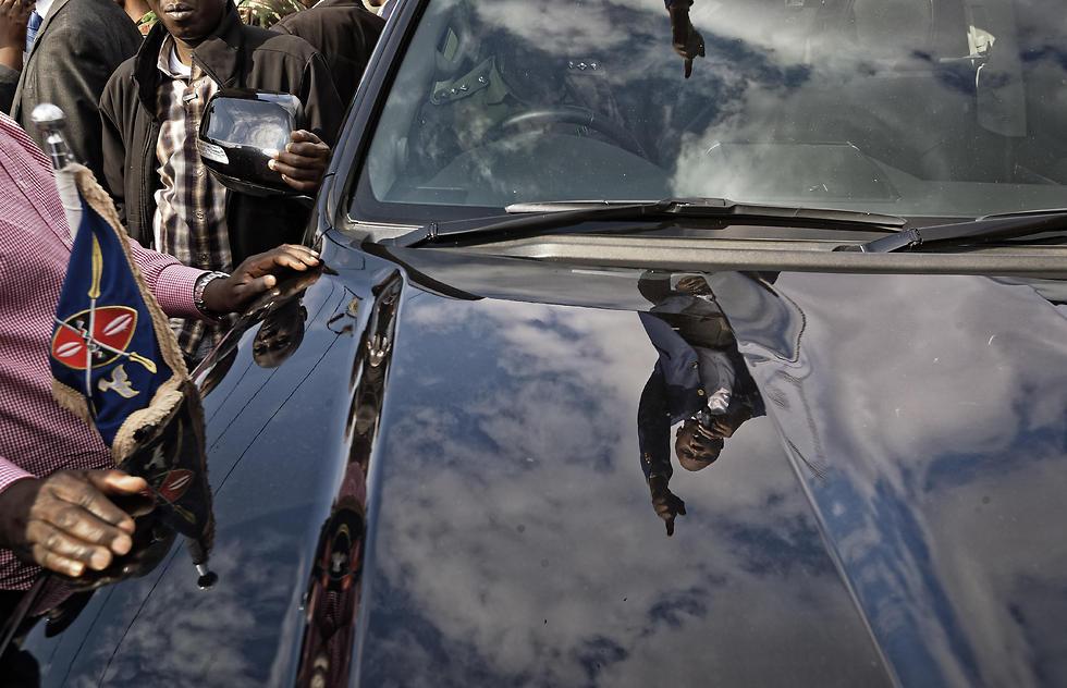 דמותו של נשיא קניה אוהורו קנייתה משתקפת בפגוש מכוניתו בזמן נאום לתומכיו (צילום: AP) (צילום: AP)