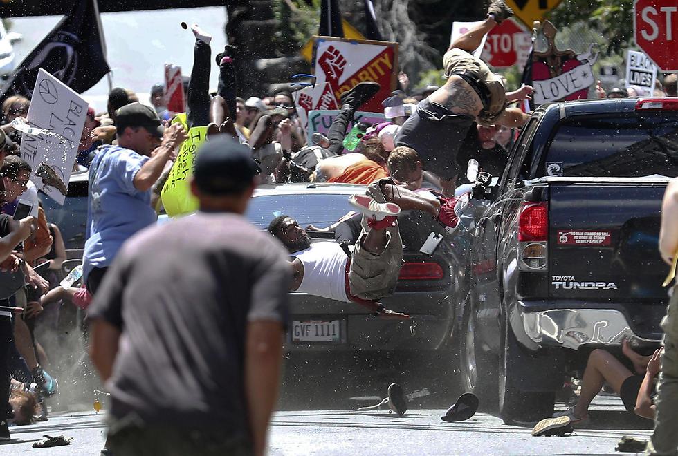 פיגוע דריסה נגד מפגינים מתנגדי צעדת הגזענים הלבנים בשרלוטסוויל, וירג'יניה (צילום: AP) (צילום: AP)