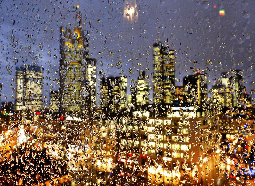 רובע העסקים של פרנקפורט, גרמניה, מבעד לטיפות גשם על החלון (צילום: AP) (צילום: AP)