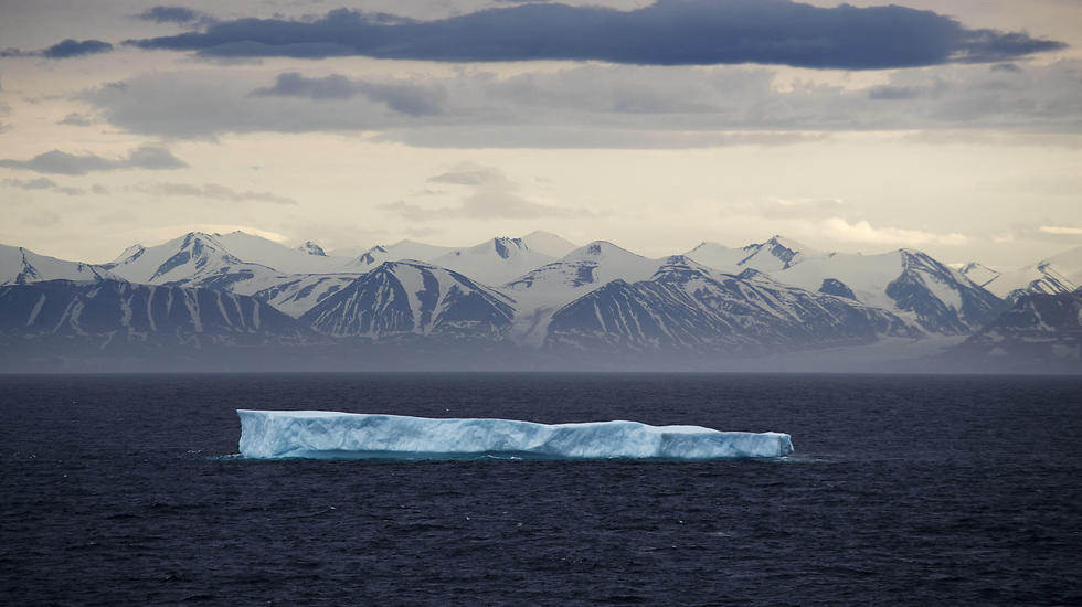 קרחון צף באוקיינוס הארקטי (צילום: AP) (צילום: AP)