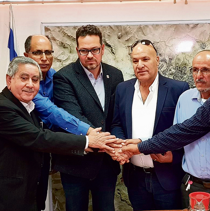Bedouin municipal heads meet with Arad mayor (Photo: Irit Eshet Mor)