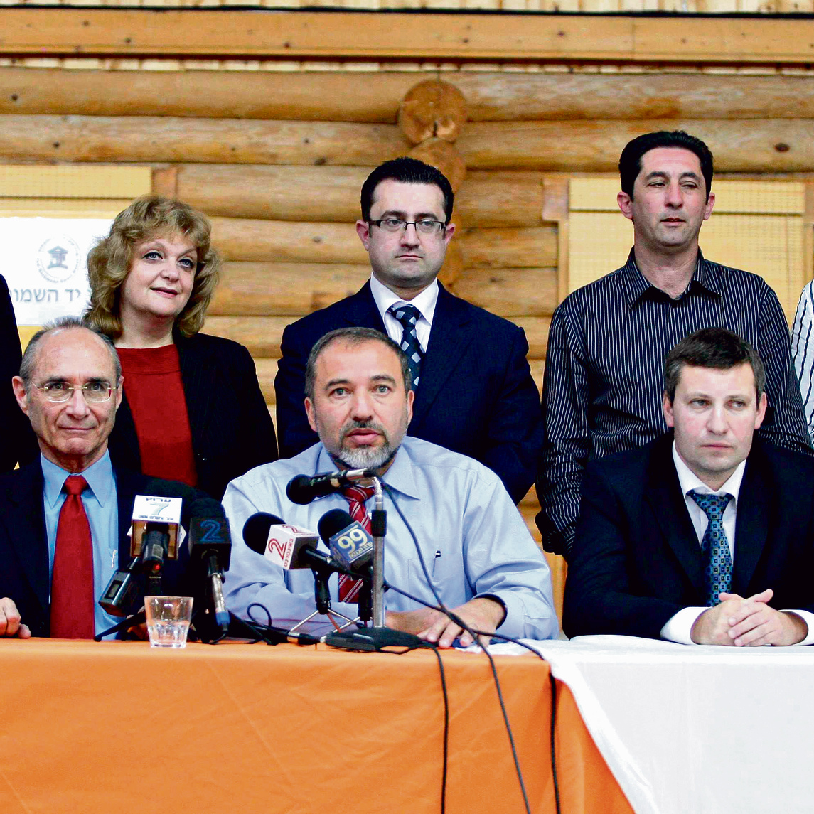 """מיסז'ניקוב וליברמן בעת הצגת הרכב ישראל ביתנו, דצמבר 2008. """"יש בינינו חברות"""""""