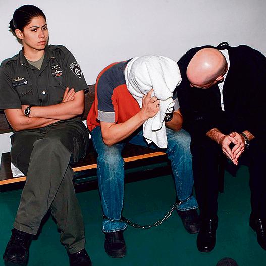 חשוד בפדופיליה ופרקליטו  (מימין) בהארכת מעצר. בחוק העונשין הישראלי, חלק ניכר מהעבירות הפדופיליות נחשבות לעבירות קלות