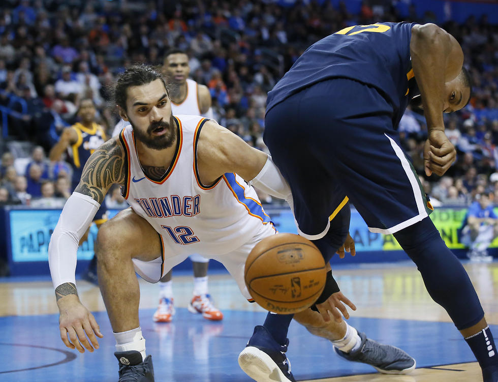 פייבורס מיוטה ואדאמס מאוקלהומה מחפשים את הכדור (צילום: AP)