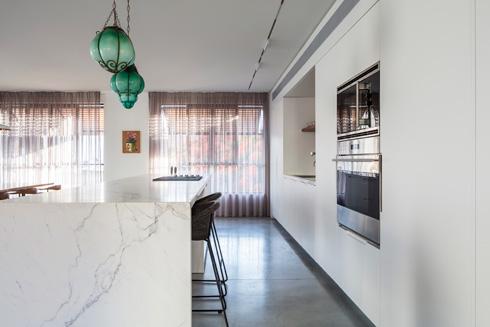 האי במטבח משמש לאחסון ולאכילה. הרצפה עשויה בטון מוחלק   (צילום: עמית גרון)