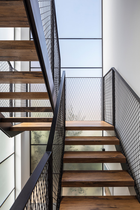 גרם המדרגות הקל אל הקומות העליונות. המעקות מרשת ברזל. משמאל נראה היטב הניתוק של גרם המדרגות מקיר הבניין  (צילום: עמית גרון)