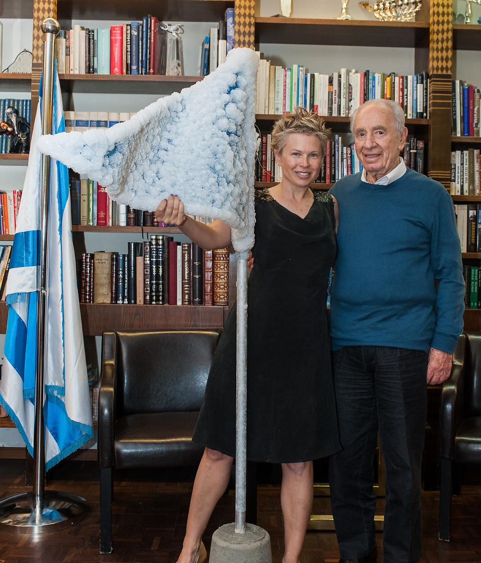 סיגלית לנדאו עם שמעון פרס ודגל מלח קשיח (צילום: יותם פרום)