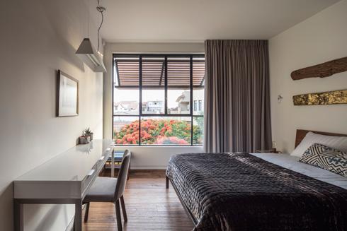אחד מחדרי השינה המיועדים לילדים בקומה השנייה (צילום: עמית גרון)