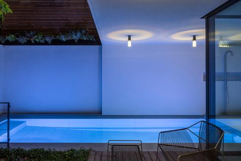 בריכת השחייה נהנית מקירוי חלקי של הקומה הראשונה  (צילום: עמית גרון)
