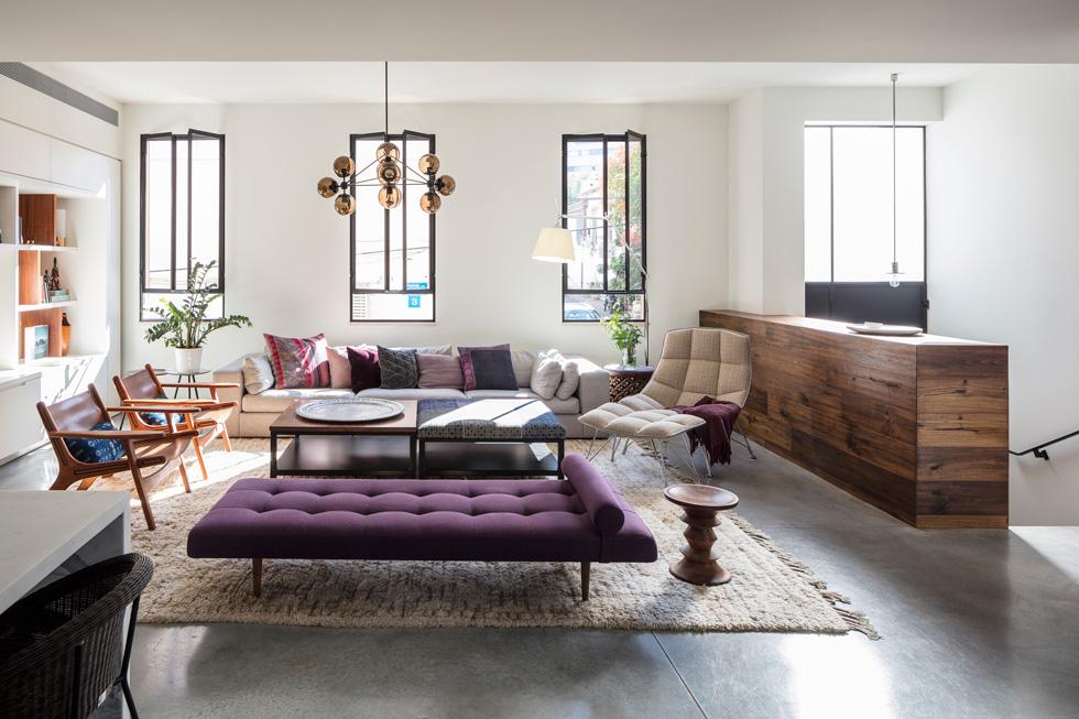 קומת הסלון והמטבח מוגבהת, ומדלת הכניסה מובילות אליה שבע מדרגות פנימיות, הנראות מימין (צילום: עמית גרון)