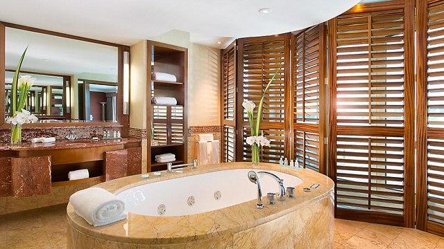 אמבטיית שיש מפוארת (צילום:  hotelpresidentwilson.com/Caters News)
