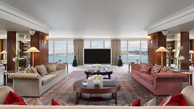 הטלוויזיה מסתירה את הנוף לאגם. איפה מתלוננים? (צילום:  hotelpresidentwilson.com/Caters News)