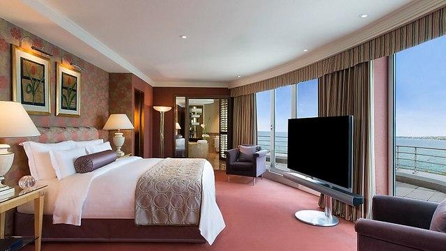אחד מחדרי השינה הרבים של הסוויטה (צילום:  hotelpresidentwilson.com/Caters News)