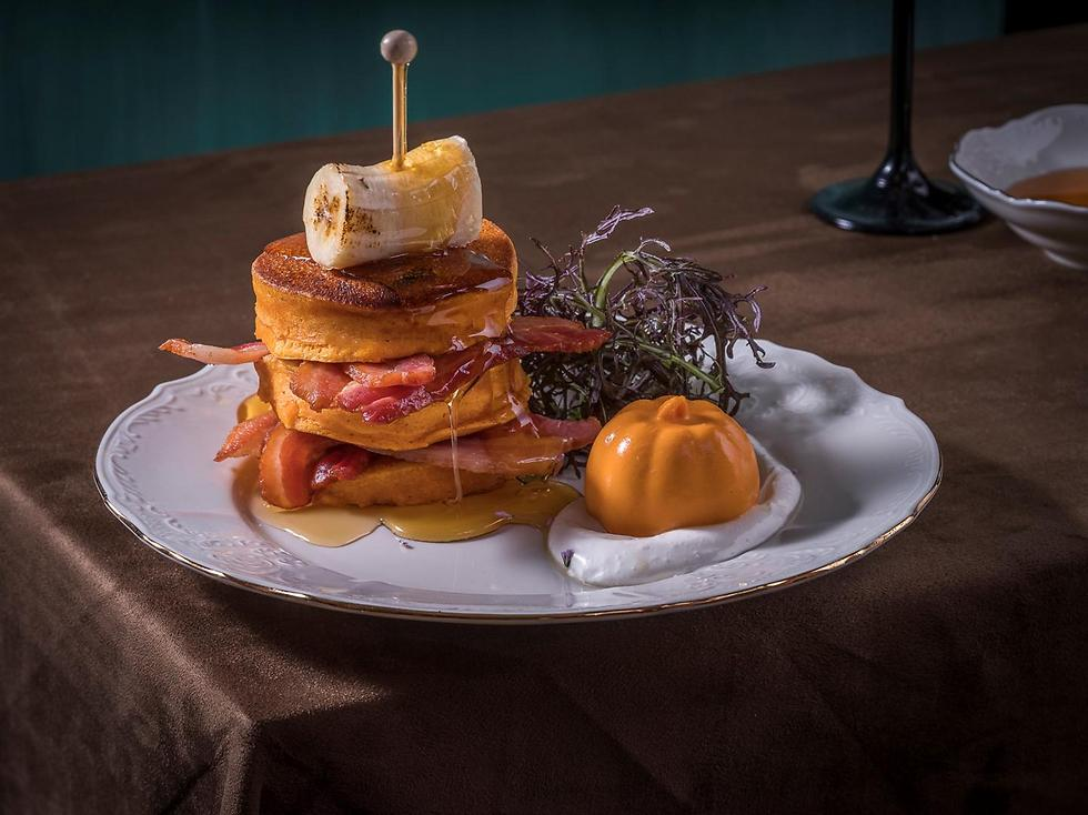 מגדל פנקייקס דלעת עם בננה, בייקון, דבש וקינמון (צילום: אנטולי מיכאלו) (צילום: אנטולי מיכאלו)