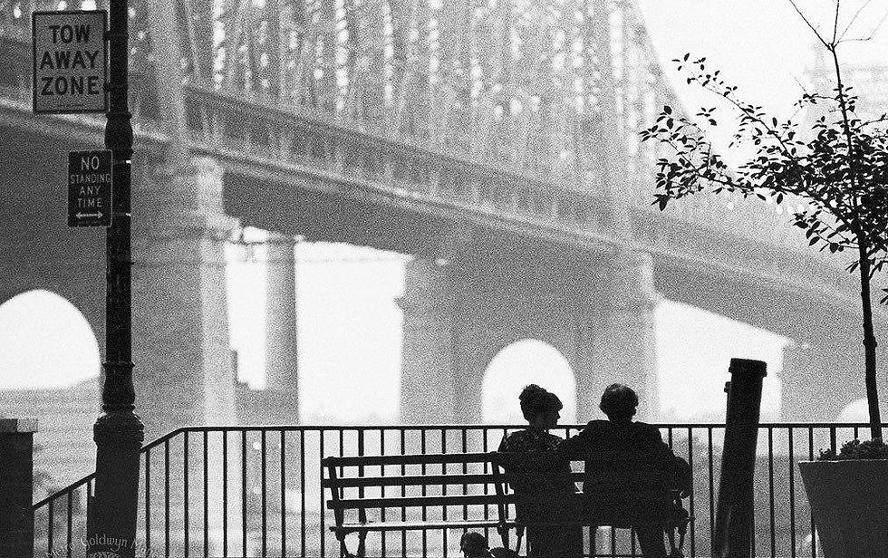 """ניו יורק היא עוד דמות בסרט. מתוך """"מנהטן""""  (1979) ()"""