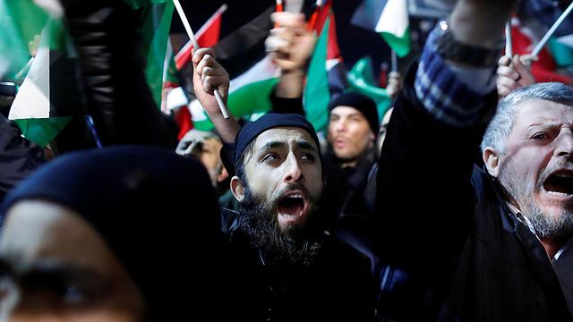 מפגינים באיסטנבול, הערב (צילום: רויטרס)