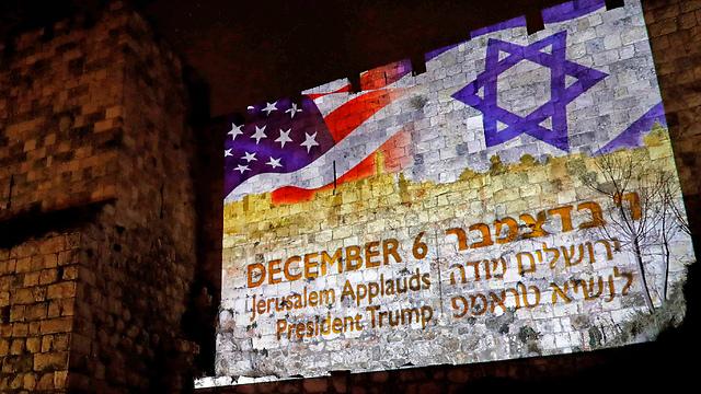"""דגל ישראל וארה""""ב על חומות העיר העתיקה (צילום: AFP)"""