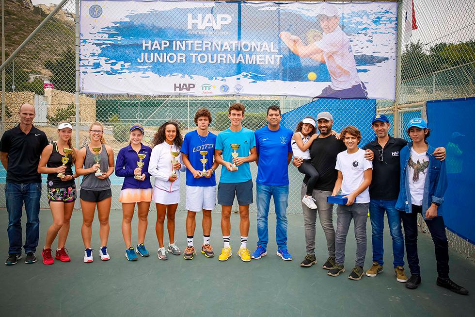 ניר אמזל (שני מימין), ואמיר חסיד (רביעי מימין), ילדיהם וזוכי הטורניר