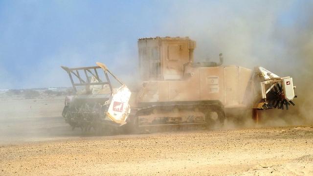 מכונת הזחל בפעולה (צילום: רשות ניקוז ערבה תיכונה)