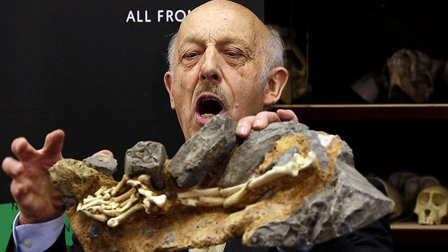 """פרופ' קלארק מסביר על """"ליטל פוט"""" (צילום: AP) (צילום: AP)"""