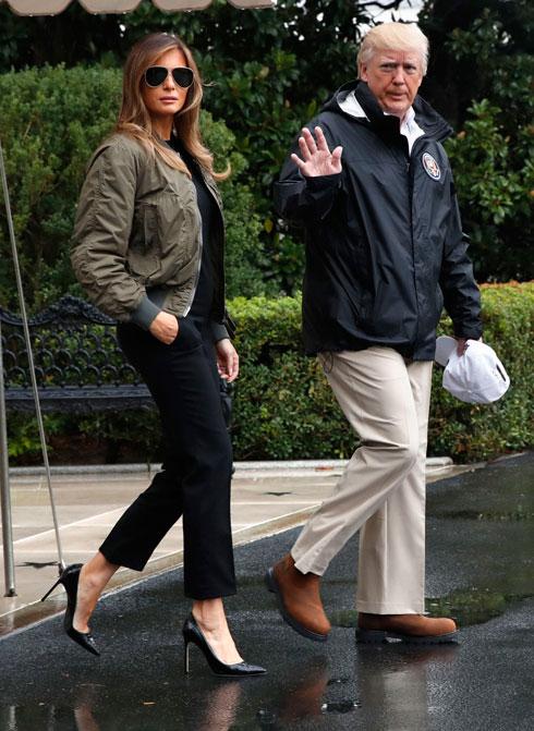 בביקור הראשון בטקסס: מכנסי סקיני ג'ינס שחורים, מעיל במראה צבאי, משקפי טייסים ונעלי סטילטו של מנולו בלניק (צילום: AP)