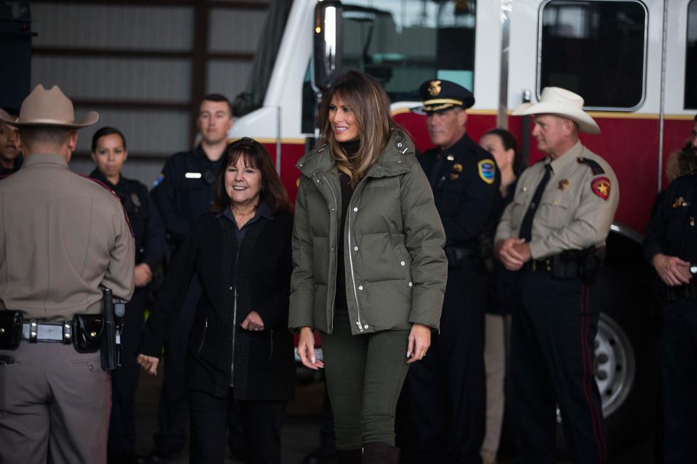 מעיל פוך להתמודדות עם הסופה. מלניה טראמפ מבקרת בטקסס (צילום: Casey Jackson/Caller-Times via AP)