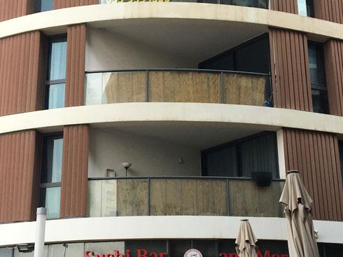 רביעיית פלורנטין בת''א (אדריכל אילן פיבקו). בהדמיות המרפסות נראות אסתטיות, במציאות כוסו במהירות בבמבוק דהוי (צילום: דקל גודוביץ)