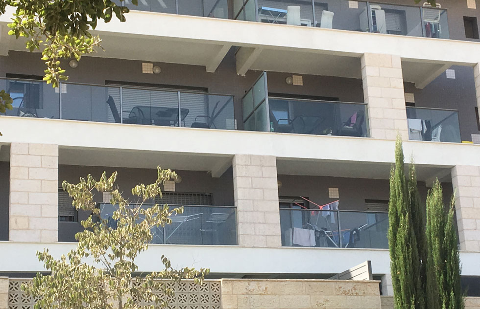 בעוד שבפנים הדירה כל אחד מארגן את חייו כרצונו ואין איש רואה, המרפסת מחצינה הכל. אז אולי צריך להחליף גישה בתכנון (צילום: דקל גודוביץ)