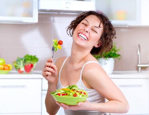 תהיו שפויים: אף אחת לא נראית ככה כשהיא אוכלת סלט (צילום: Shutterstock)