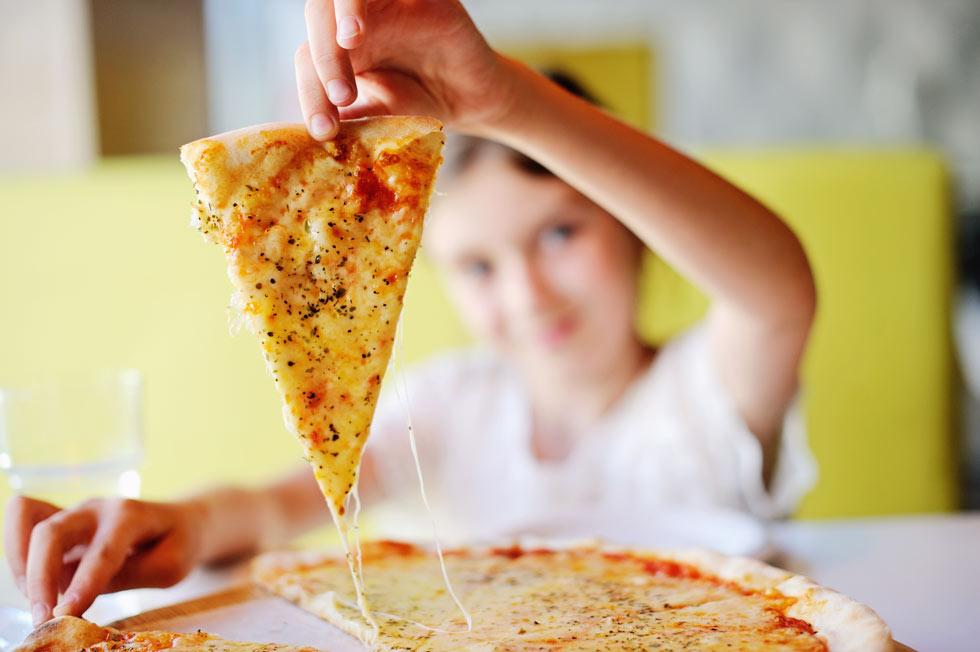 אם הזמנתם פיצה, אל תצפו שהילדים יאכלו סלט (צילום: Shutterstock)