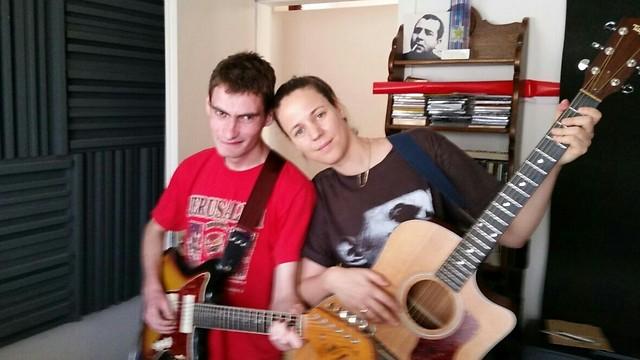 לא מוותר על הגיטרה והאהבה למוזיקה. אודי עם רונה קינן ()