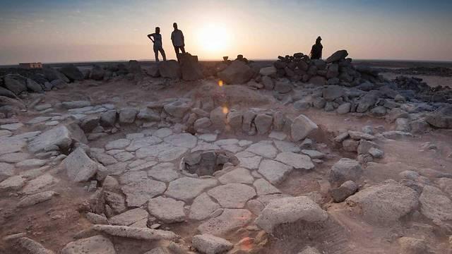 """פרופ' אליזבטה בוארטו וד""""ר טוביאס ריכטר מביטים אל האופק באתר החפירות """"שובייקה 1"""" – כ-150 ק""""מ מצפון-מזרח לעמאן (צילום: מתוך """"מסע הקסם המדעי"""")"""