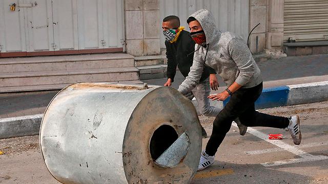 עימותים עם כוחות הביטחון בחברון (צילום: AFP) (צילום: AFP)