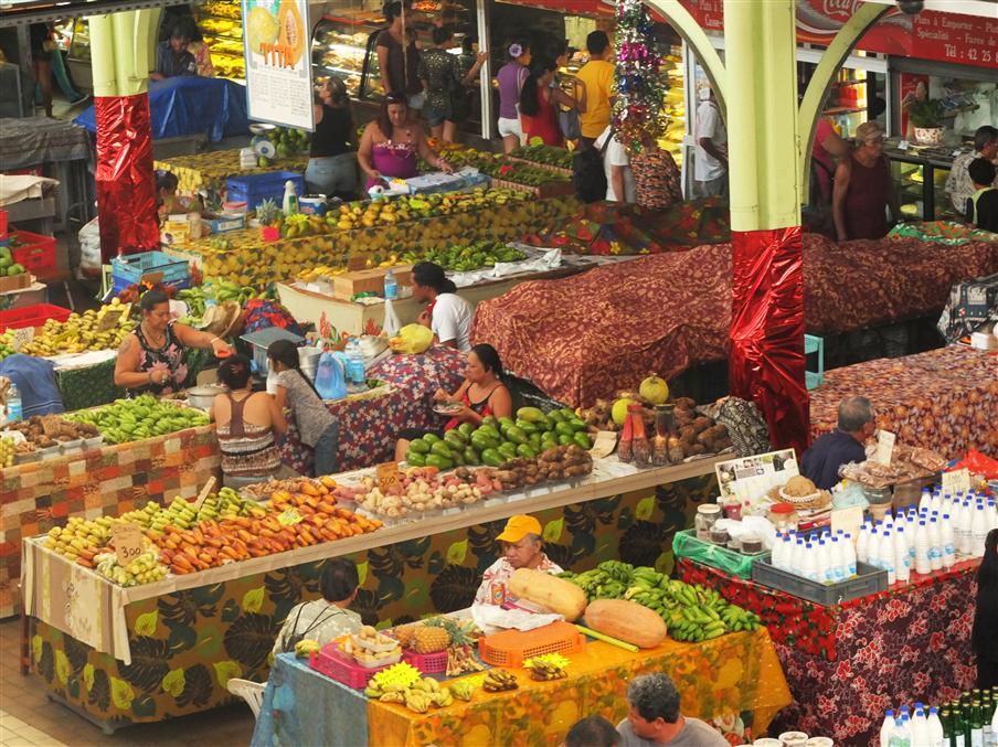 צבעוניות בשוק מקומי, טהיטי (צילום: איתמר קוטלר)