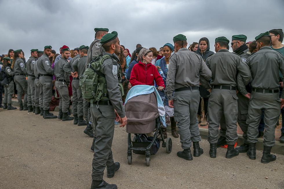"""חדשות - תמונות בודדות, בחירת האוצרת: פינוי תושבים יהודים, שבתיהם נבנו על קרקע פלסטינית. עפרה, 28 בפברואר 2017 (צילום: אוהד צויגנברג, """"ידיעות אחרונות"""")"""