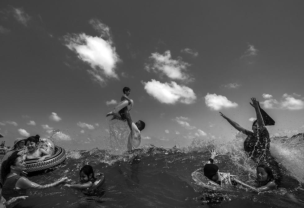 חברה וקהילה - תמונות בודדות, מקום ראשון: ילדים פלסטינים מבלים בחוף הים בחסות נשות מחסום ווטש, שארגנו את הביקור. לחלק מהילדים הייתה זו הפעם הראשונה שבה ראו ים. חוף תל ברוך, תל-אביב, 17 ביולי 2017 (צילום: ארנה נאור)