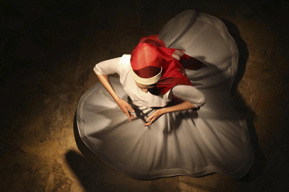 """אורבניזם ותרבות - בחירת האוצרת: רקדנית סופית בפסטיבל ירושלים לאמנויות. המוזיאון לאמנות האסלאם, ירושלים, 4 באפריל 2017 (צילום: עמית שאבי, """"ידיעות אחרונות"""")"""