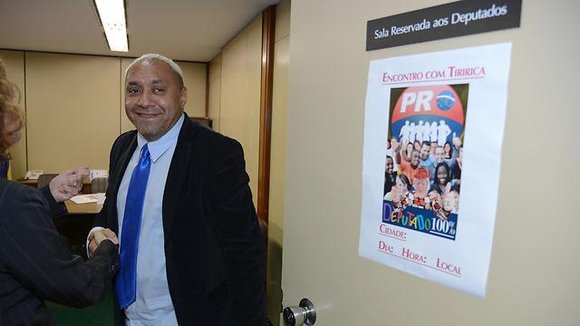 """סילבה בתלבושת הפוליטיקאי שלו. """"לא כולם עושים את עבודתם"""" (צילום: AP, Fabio Pozzebom/Agencia Brasil) (צילום: AP, Fabio Pozzebom/Agencia Brasil)"""