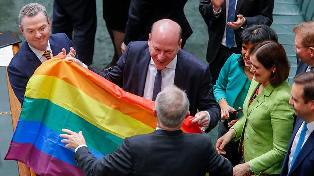 חגיגות בפרלמנט מיד בתום ההצבעה (צילום: AFP) (צילום: AFP)