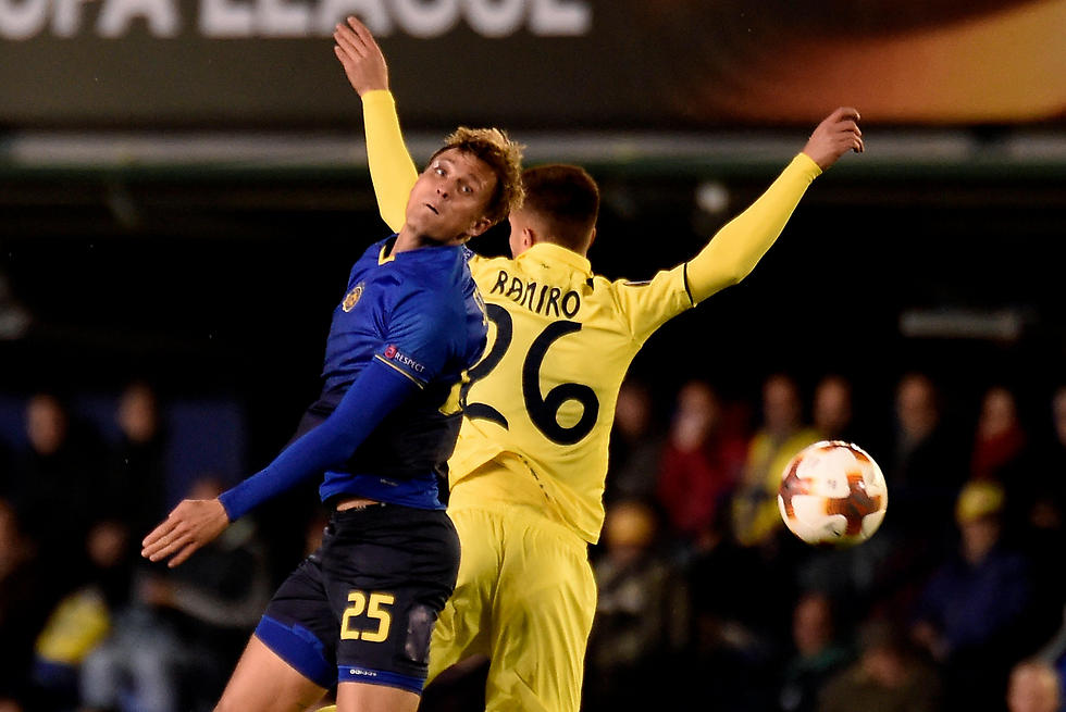שוינפלד וראמירו מחפשים את הכדור (צילום: AFP)