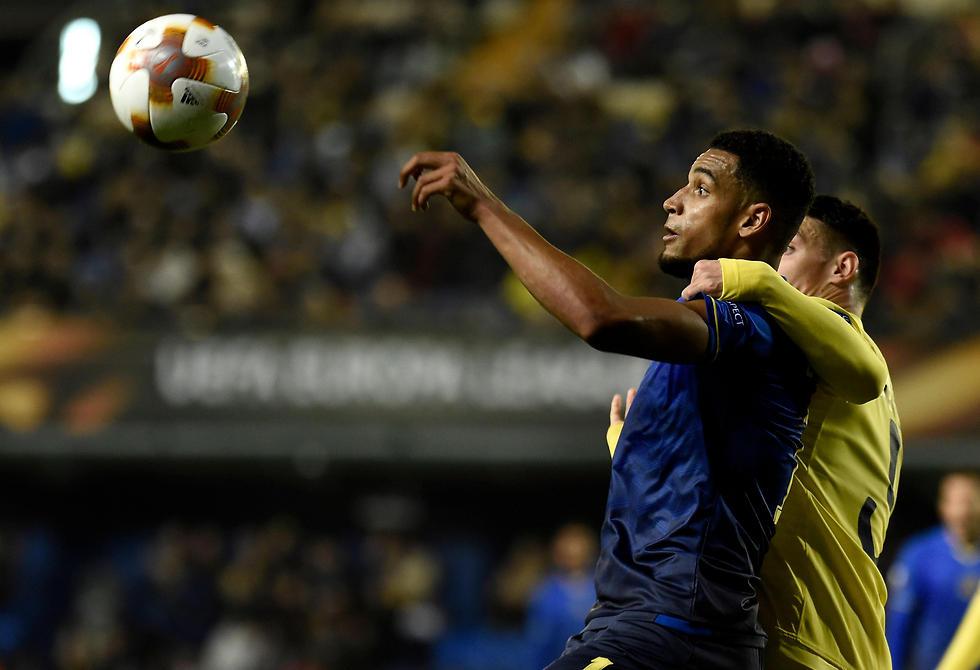 בלקמן צופה בכדור (צילום: AFP) (צילום: AFP)