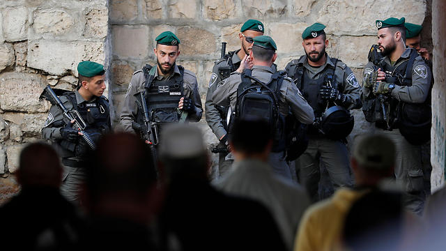 Palestinian protesters confrotn IDF soldiers in the Old City (Photo: AFP)