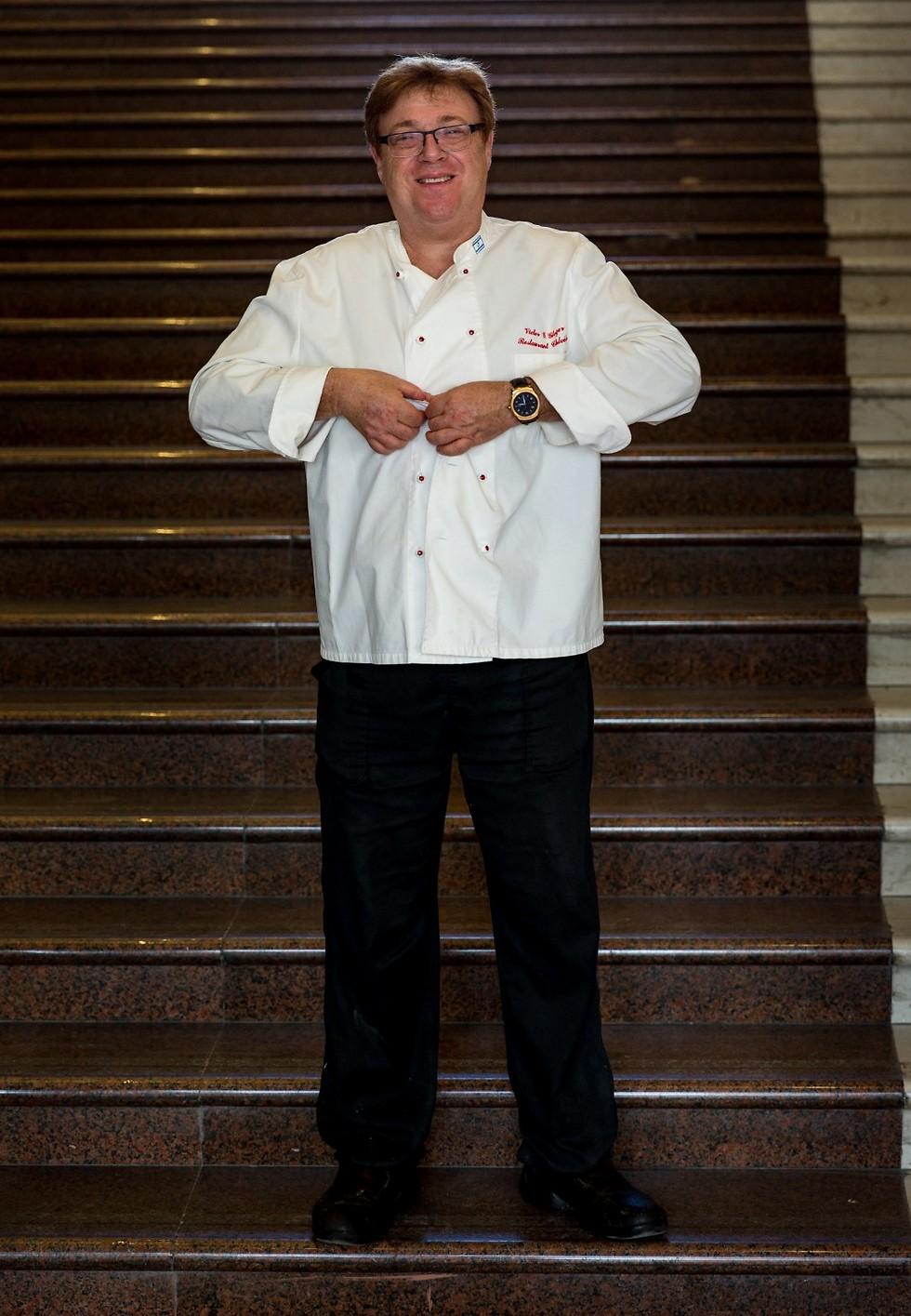 """ויקטור גלוגר על המדרגות המפורדמות המובילות למסעדת """"הולה"""" (צילום: ירון ברנר) (צילום: ירון ברנר)"""