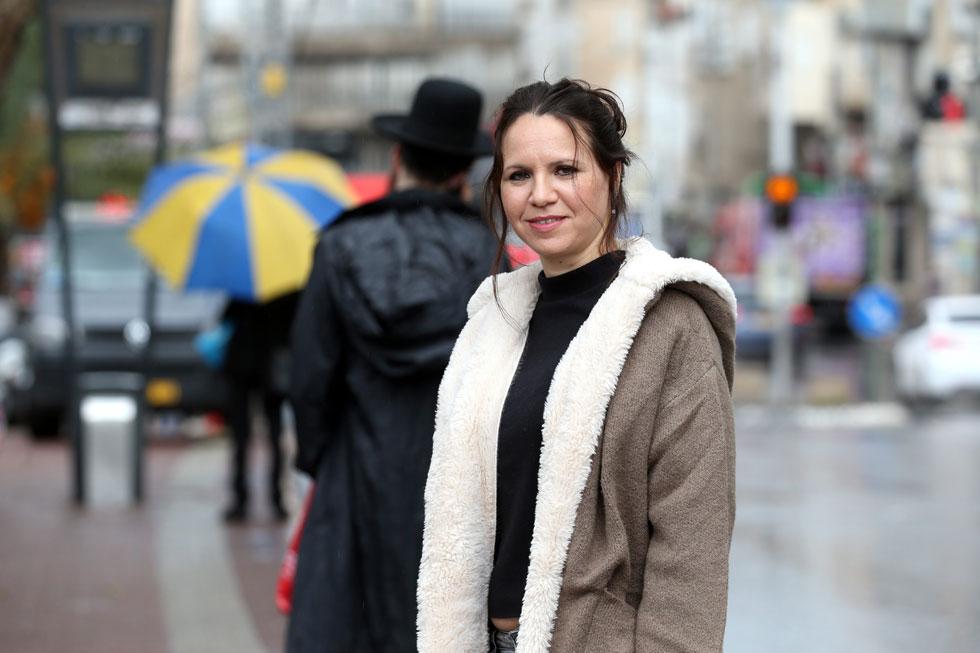 """מירי מילשטיין בבני ברק, בשבוע שעבר. """"פגשתי את בעלי רק פעם אחת לפני החתונה, וכשהוא בא לכסות אותי לפני החופה, בכלל לא זיהיתי אותו"""" (צילום: יריב כץ)"""