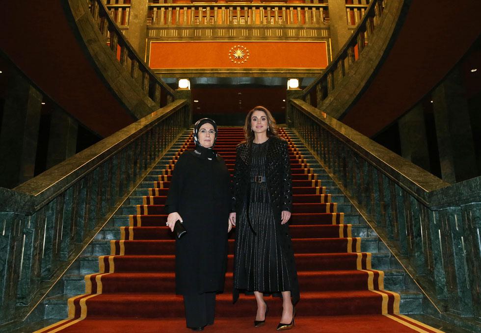 ראניה מלכת ירדן באותה תלבושת בדיוק, יום קודם לכן במפגש דיפלומטי בטורקיה (צילום: AP)