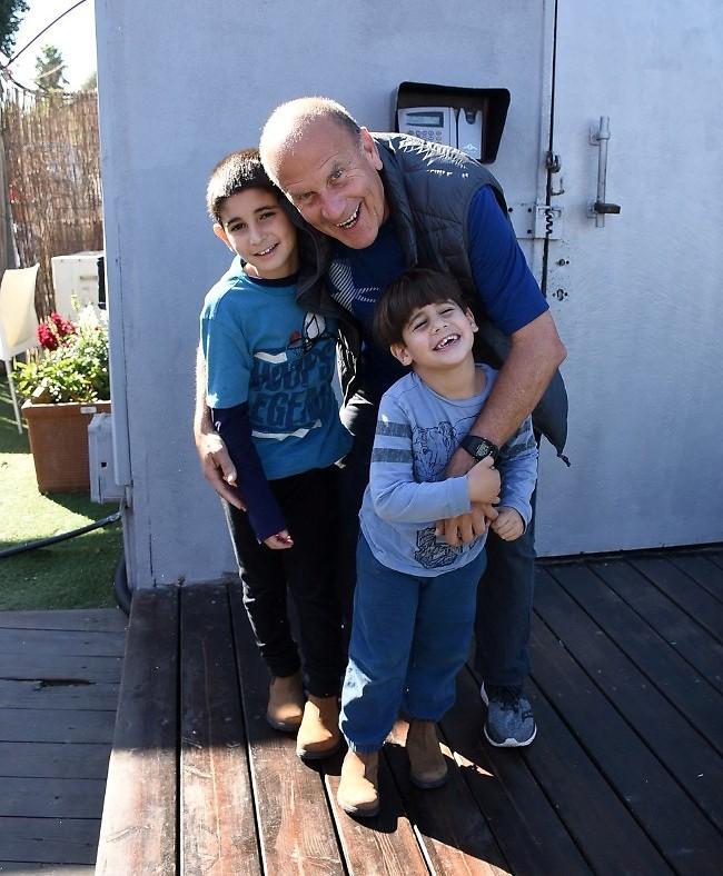 סבא דליק בטוח הכי מדליק. דליק ווליניץ והנכדים יובל וגל (צילום: רן בירן)